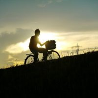 夕陽を背に自転車で走る甥っ子